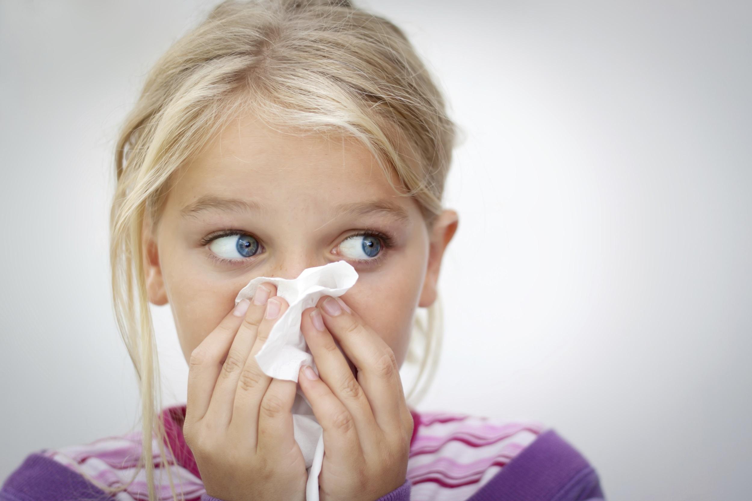ילדה מקנחת את האף
